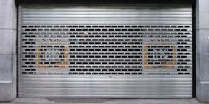 Comment remplacer les ressorts de rideau métallique